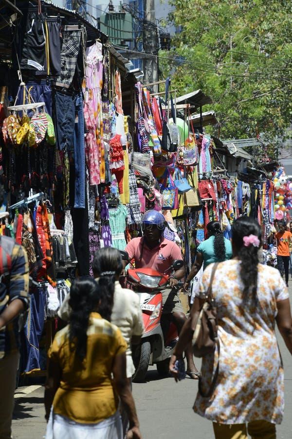 Mercado colorido ocupado cingalês imagem de stock