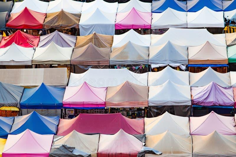 mercado colorido Ratchada do trem de noite, Banguecoque, Tailândia fotos de stock royalty free