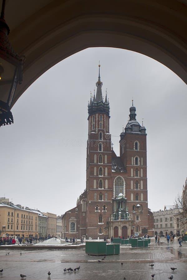 Mercado com a catedral de St Mary em Krakow, Polônia imagens de stock