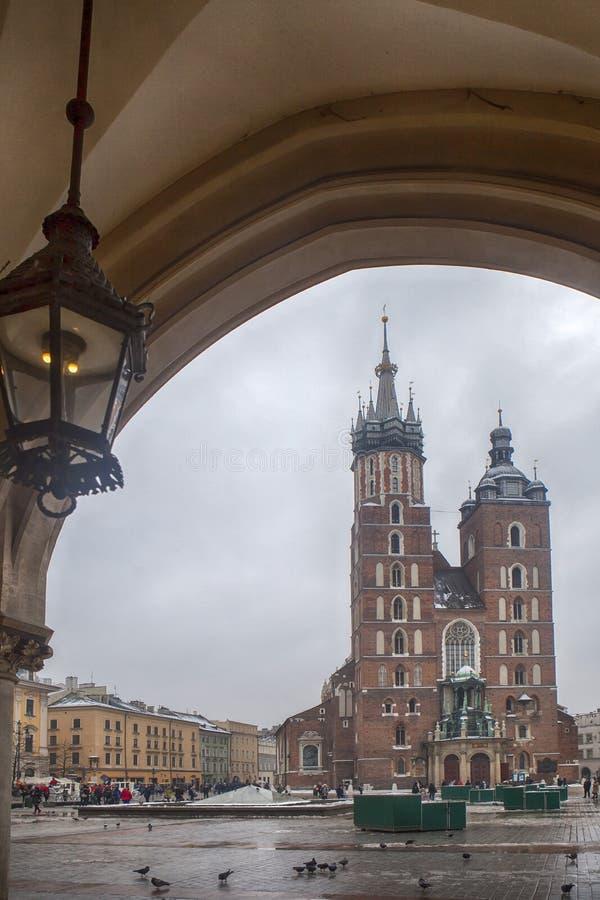 Mercado com a catedral de St Mary em Krakow, Polônia foto de stock royalty free