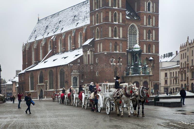 Mercado com a catedral de St Mary em Krakow, Polônia fotografia de stock