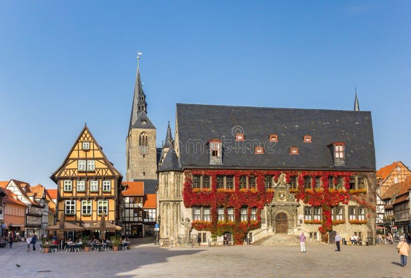 Mercado com a torre da câmara municipal e de igreja em Quedlinburg fotos de stock royalty free