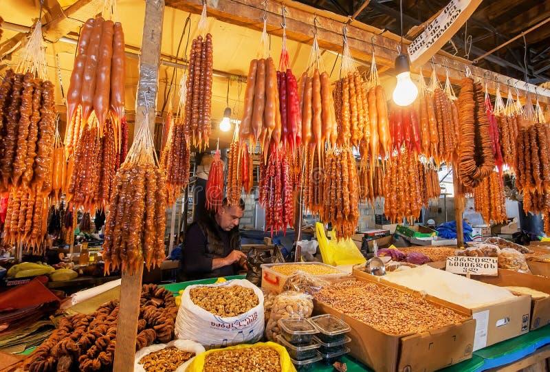 Mercado con los productos frescos del ` s del granjero y mucho Churchkhela - caramelo georgiano tradicional de la uva imagen de archivo
