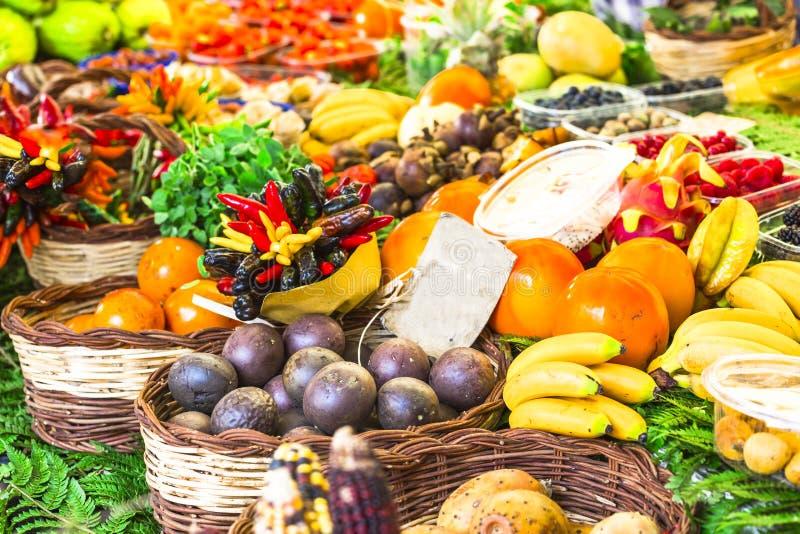 Mercado con vatiety de frutas tropicales imagen de archivo libre de regalías