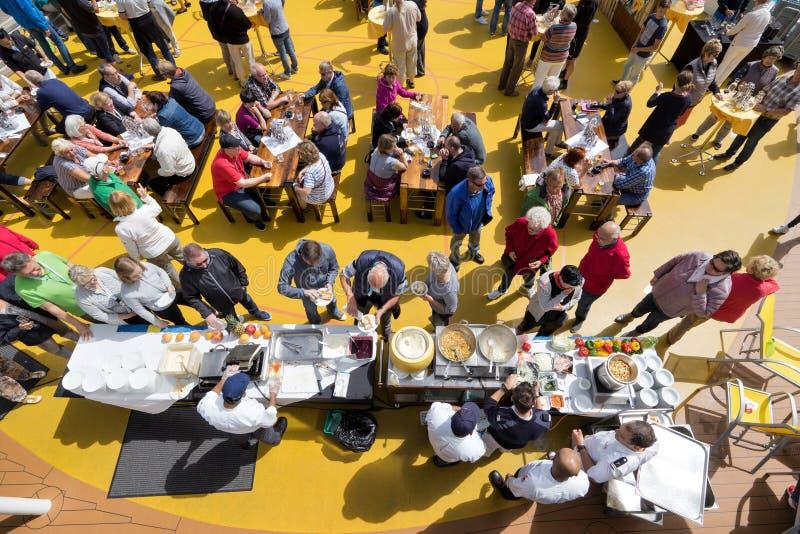Mercado culinario de Tingfest- del Thor en la cubierta de la piscina a bordo de AIDAsol imagen de archivo