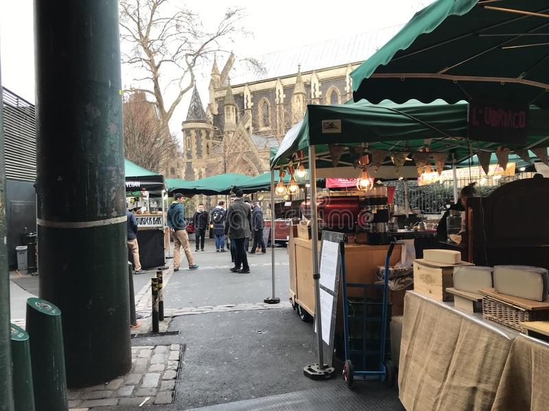 Mercado da cidade, Londres que enfrenta para a igreja local fotos de stock