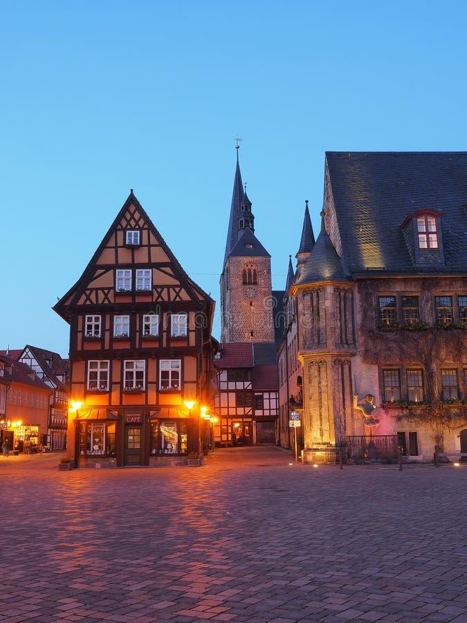 Mercado da cidade Quedlinburg, Alemanha, na hora azul imagem de stock
