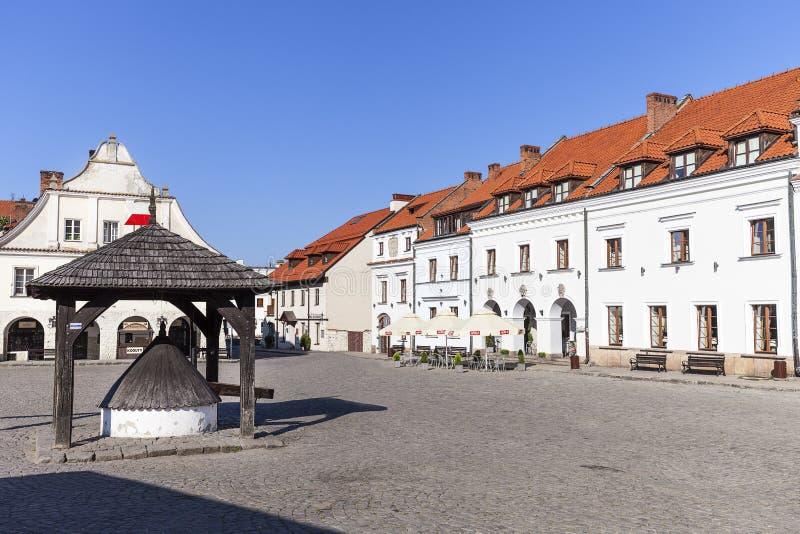 Mercado da cidade velha de Kazimierz Dolny em Vistula River, de madeira bem, Polônia foto de stock