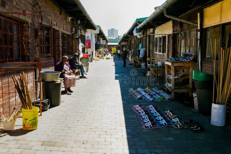 Mercado da medicina tradicional em Joanesburgo CBD fotos de stock