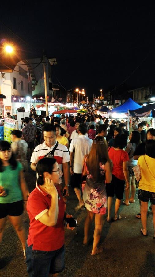 Mercado da noite com povos imagens de stock