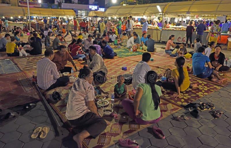 Mercado da noite em Phnom Penh foto de stock