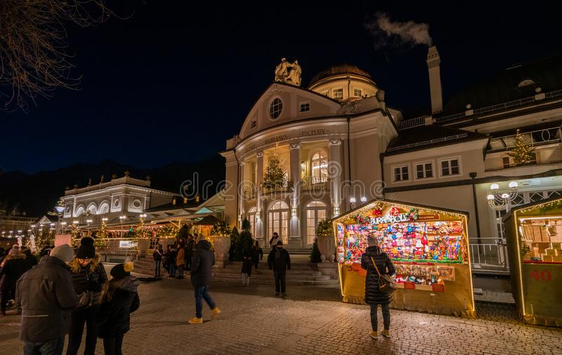 Mercado da noite, Trentino Alto Adige do Natal de Merano, Itália do norte imagens de stock