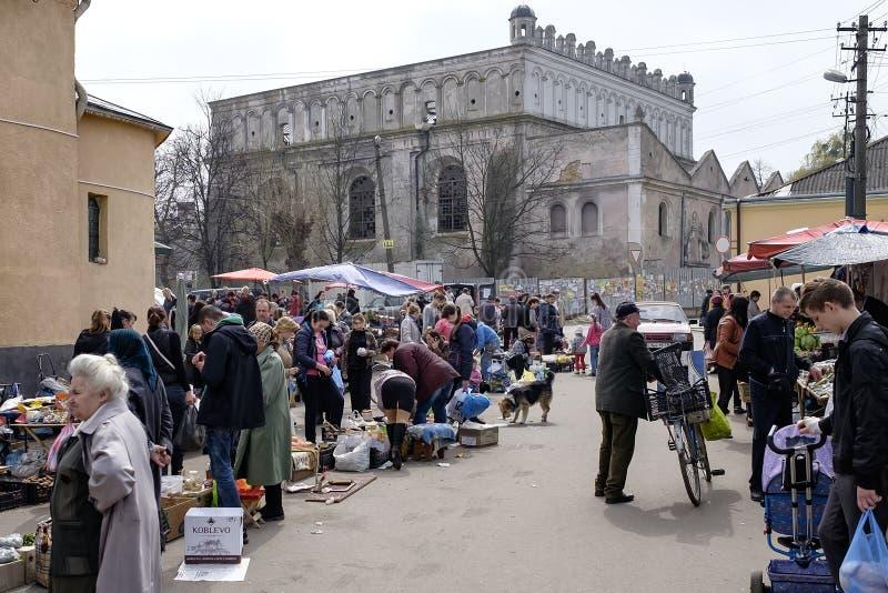 Mercado da rua perto de Synagogue em Zhovkva Região de Lviv, Ucrânia Abril de 2016 fotos de stock royalty free