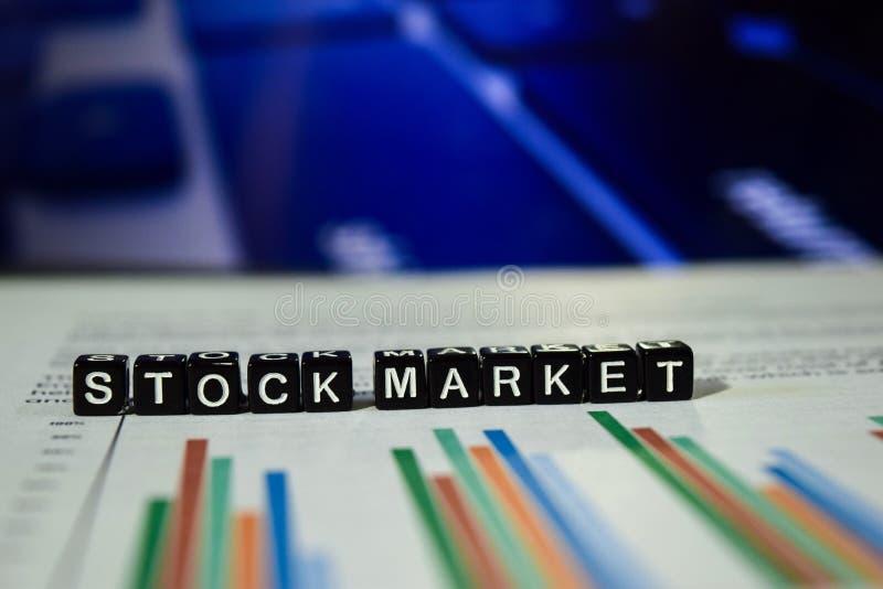 Mercado de acción en bloques de madera Concepto del dinero de la economía del intercambio de las finanzas fotos de archivo