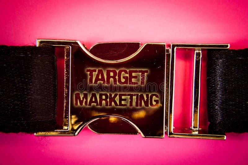 Mercado de alvo do texto da escrita A audiência da segmentação do mercado do significado do conceito que visa a seleção do client foto de stock