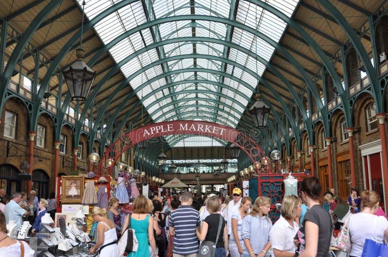 Mercado de Apple no jardim de Covent foto de stock