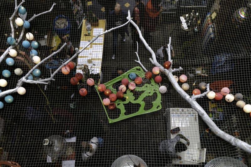 Mercado de Budapest visto de último piso con la decoración del techo con las velas, las bolas coloreadas y otras, Budapest, Hungr imagenes de archivo