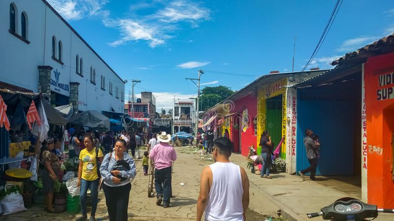 Mercado de calle muy transitada en Ocotlan de Morelos, Oaxaca imagen de archivo