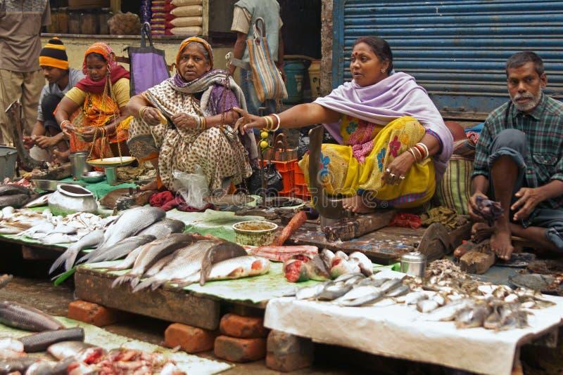 Mercado de calle que vende pescados fotografía de archivo libre de regalías