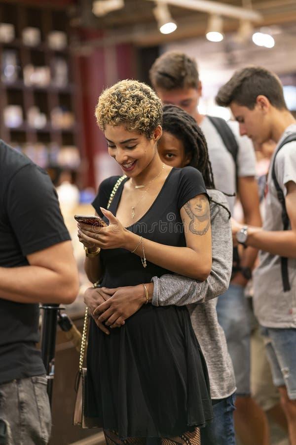 MERCADO de CHELSEA, NEW YORK CITY, los E.E.U.U. - 21 de julio de 2018: Muchachas felices que abrazan y que hacen compras en Chels fotografía de archivo libre de regalías