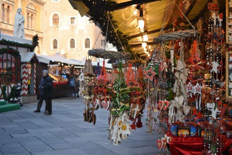 Mercado de decorações do Natal imagens de stock royalty free