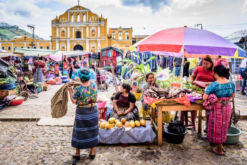 Mercado de domingo en la plaza de la ciudad, Santa Maria de Jesus, Guatemala imagenes de archivo
