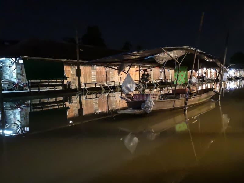 Mercado de flutuação de Amphawa na noite com ninguém, atmosfera quieta com barco do sono em uma água tão lisa quanto o óleo fotos de stock royalty free