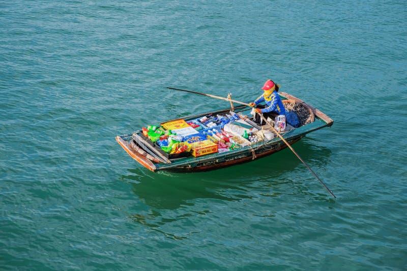 Mercado de flutuação, baía longa do Ha, Vietname Louro de Halong imagens de stock royalty free