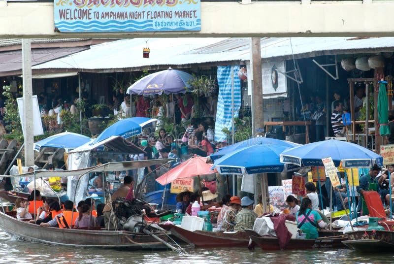 Mercado de flutuação da noite de Amphawa no meio de Tailândia. fotos de stock royalty free