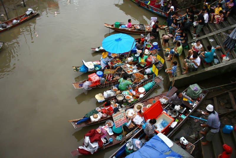 Mercado de flutuação de Ampawa - 11 de maio de 2011: A flutuação a mais famosa foto de stock royalty free
