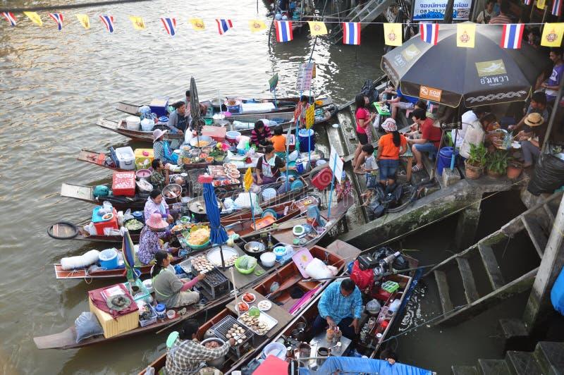 Mercado de flutuação de Ampawa em Samutsongkram, Tailândia imagens de stock royalty free