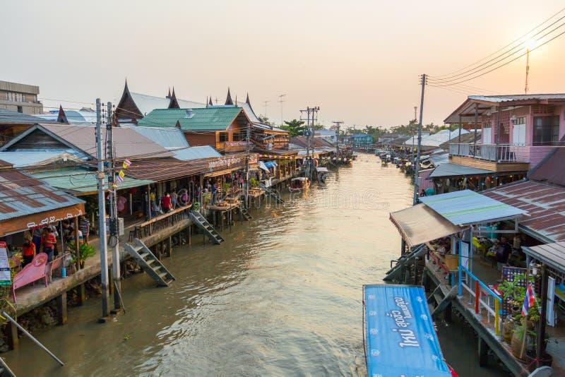 Mercado de flutuação de Amphawa da noite imagens de stock royalty free