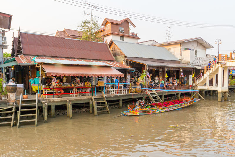 Mercado de flutuação de Amphawa da noite imagem de stock royalty free