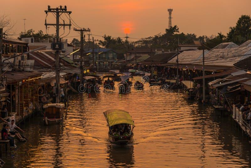 Mercado de flutuação famoso de Ampawa fotos de stock