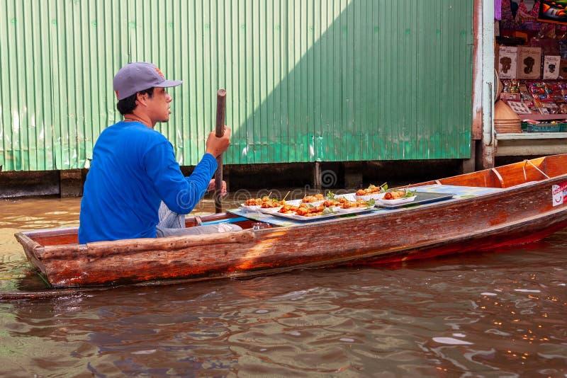 Mercado de flutuação de Mayom do laboratório de Khlong Um tailandês local é um comerciante do alimento que venda o alimento em um fotos de stock
