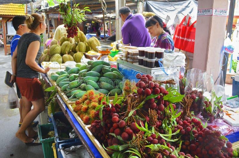 Mercado de flutuação de Mayom do Lat de Khlong em Banguecoque imagens de stock