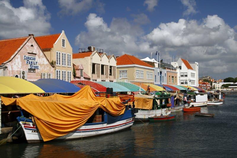 Mercado de flutuação mundialmente famoso em Curaçau fotografia de stock