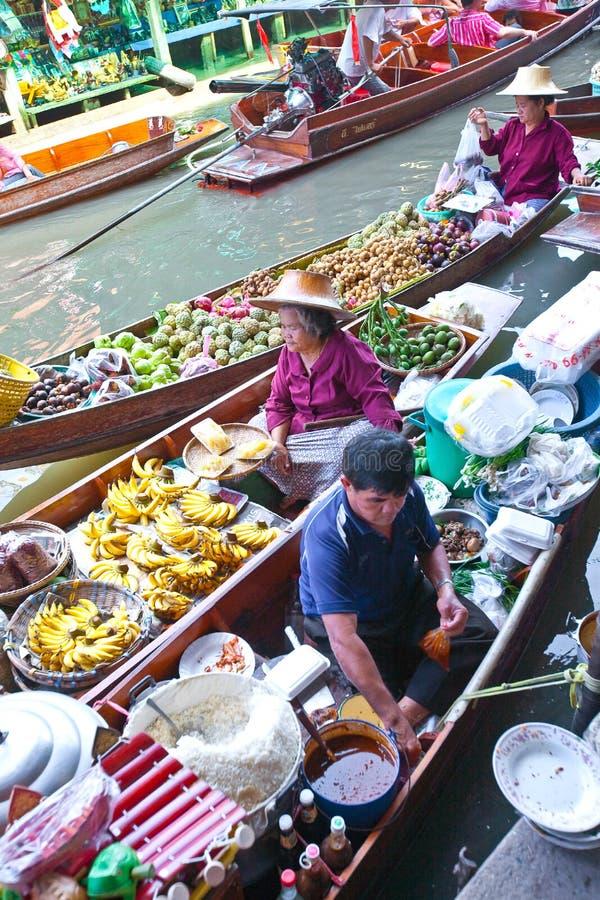Mercado de flutuação ocupado em Tailândia fotografia de stock