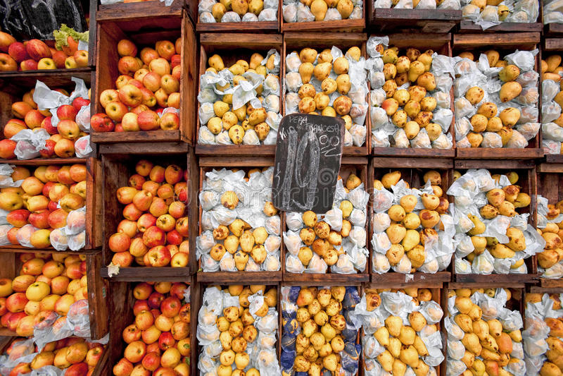 Mercado de fruta das ruas de Montevideo. imagens de stock
