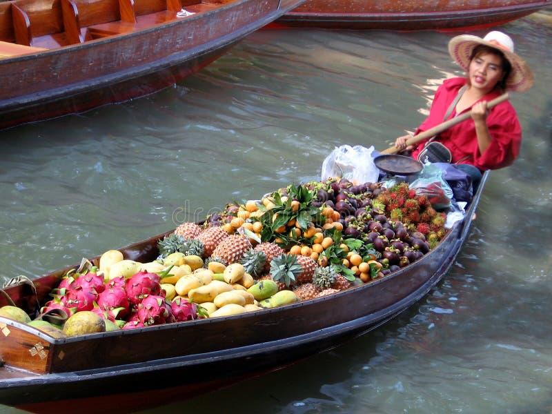 Mercado de fruta do rio. foto de stock