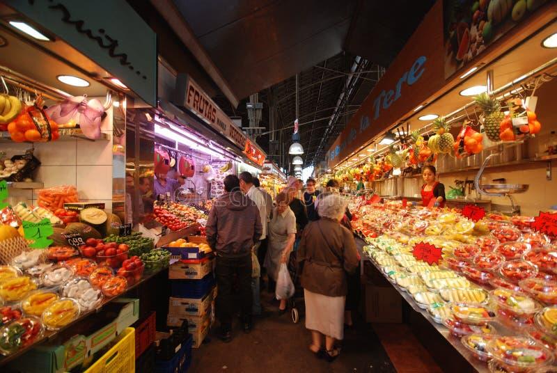 Mercado de fruta em Barcelona imagens de stock