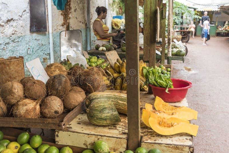 Mercado de frutas e legumes em Havana velho foto de stock