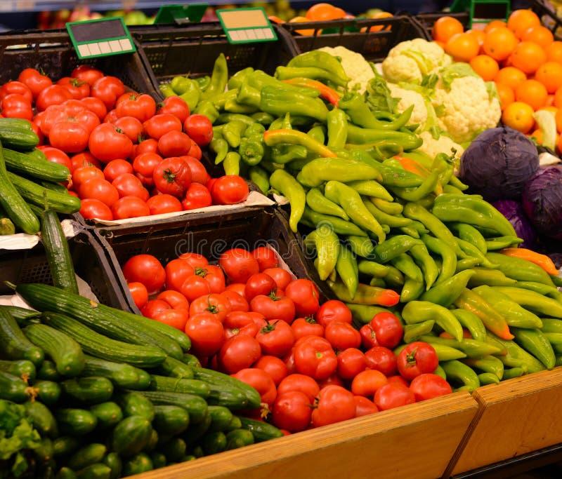 Mercado de fruto com várias frutas e legumes frescas supermarket fotografia de stock royalty free