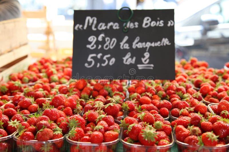 Mercado de fruto em Normandy, França: morango foto de stock