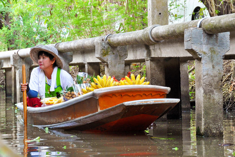 Mercado de fruto de flutuação em Tailândia fotos de stock royalty free