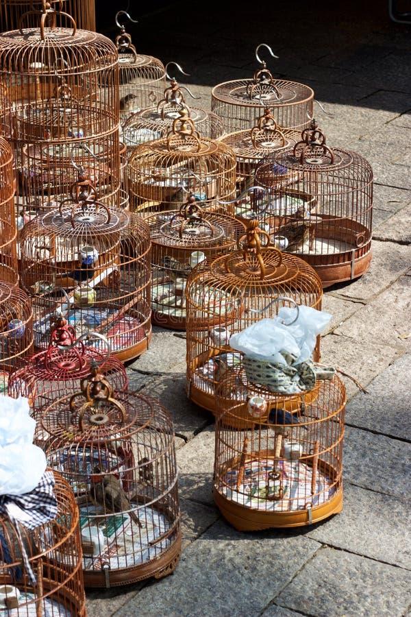 Mercado de Hong Kong: jaulas de bambú en Yuen Po Bird Garden imagenes de archivo