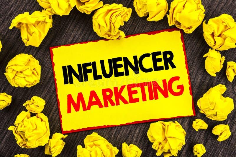 Mercado de Influancer do texto do anúncio da escrita Estratégia em linha da influência dos meios sociais conceptuais da foto escr fotografia de stock