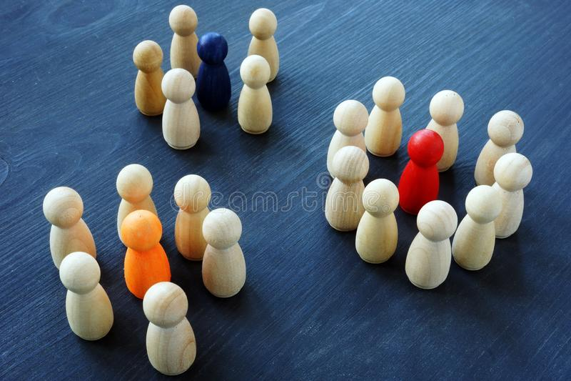 Mercado de Influencer Grupos de figuras de madeira imagem de stock