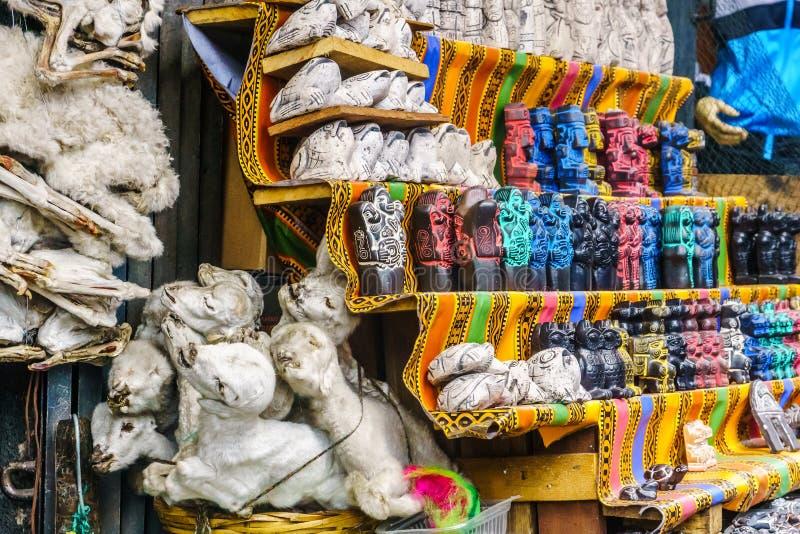 Mercado de la brujería con los fetos de la llama del bebé en La Paz - Bolivia fotografía de archivo libre de regalías