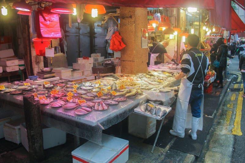 Mercado de la comida de Chinees con los pescados frescos y la gente foto de archivo libre de regalías